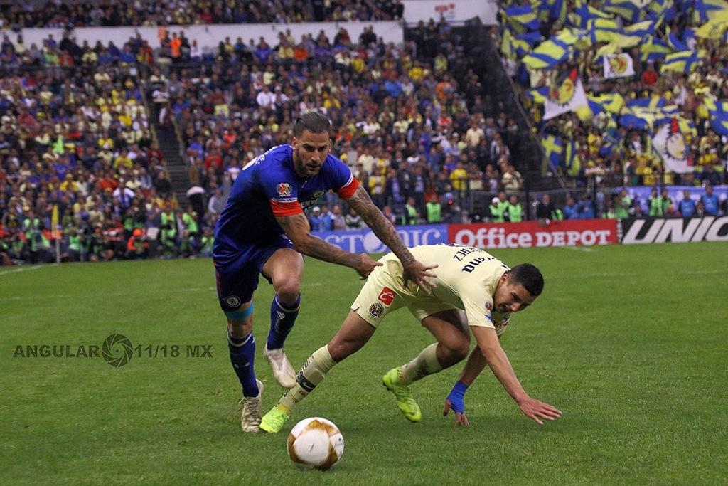 jugada dividida entre América y Cruz Azul en el partido de ida en la gran final del torneo de la liga mx apertura, 2018,