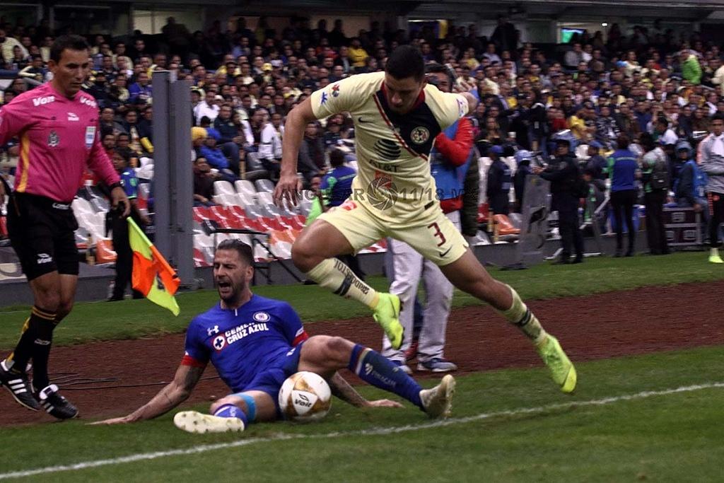 jugada dividida entre América y Cruz Azul en el partido de ida en la gran final del torneo de la liga mx, apertura 2018,