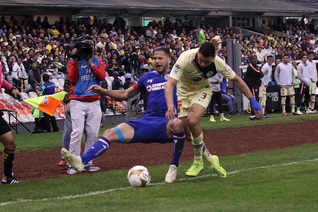 jugada dividida entre América y Cruz Azul en el partido de ida en la gran final del torneo de la liga, mx apertura 2018
