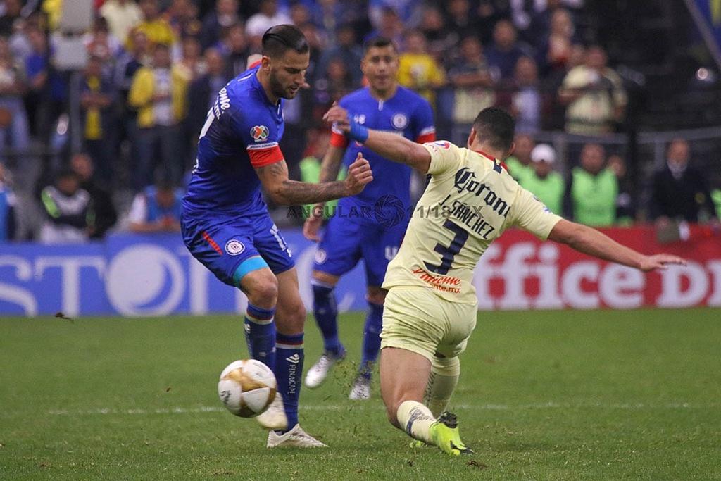 jugada dividida entre América y Cruz Azul, en el partido de ida en la gran final del torneo de la liga mx, apertura 2018,