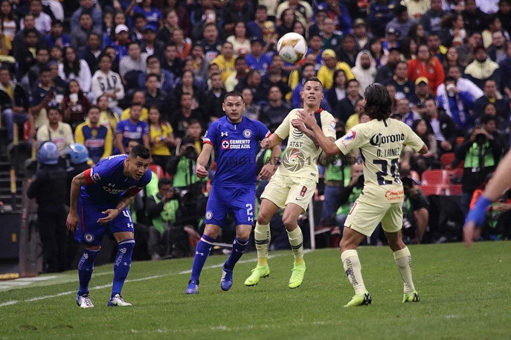 jugada dividida entre América y Cruz Azul, en el partido de ida en la gran final del torneo de la liga, mx apertura 2018