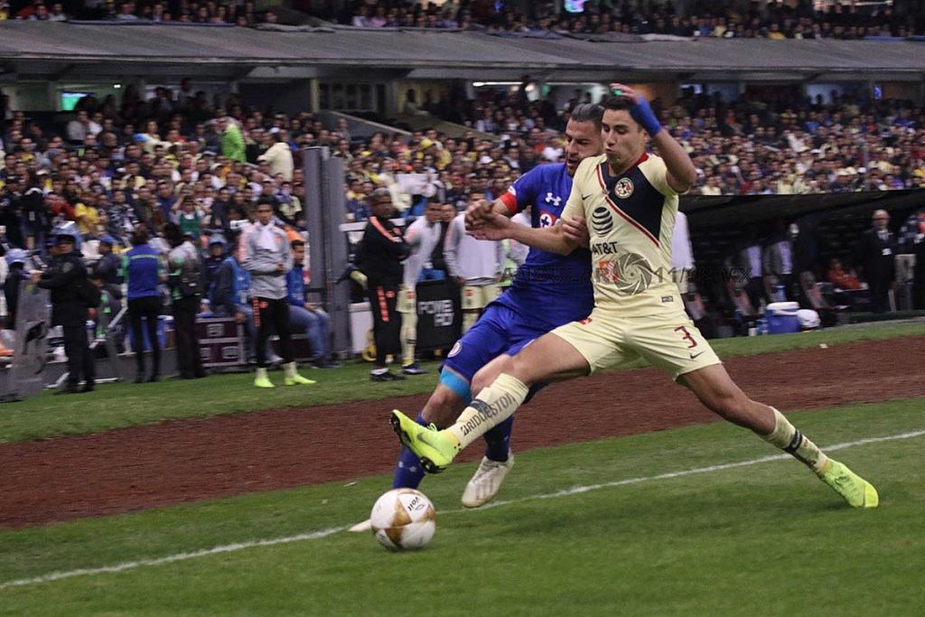 jugada dividida entre América y Cruz Azul, en el partido de ida en la gran final, del torneo de la liga mx, apertura 2018,