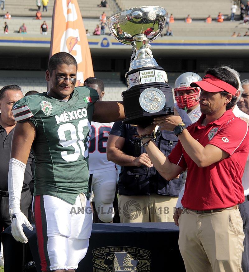 la selección de México gana la 45ª edición del Tazón Azteca en el estadio Olímpico Universitario jugador recibiendo el trofeo