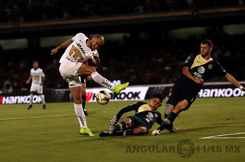 tiro directo de Carlos González delantero de los Pumas en jugada dividida