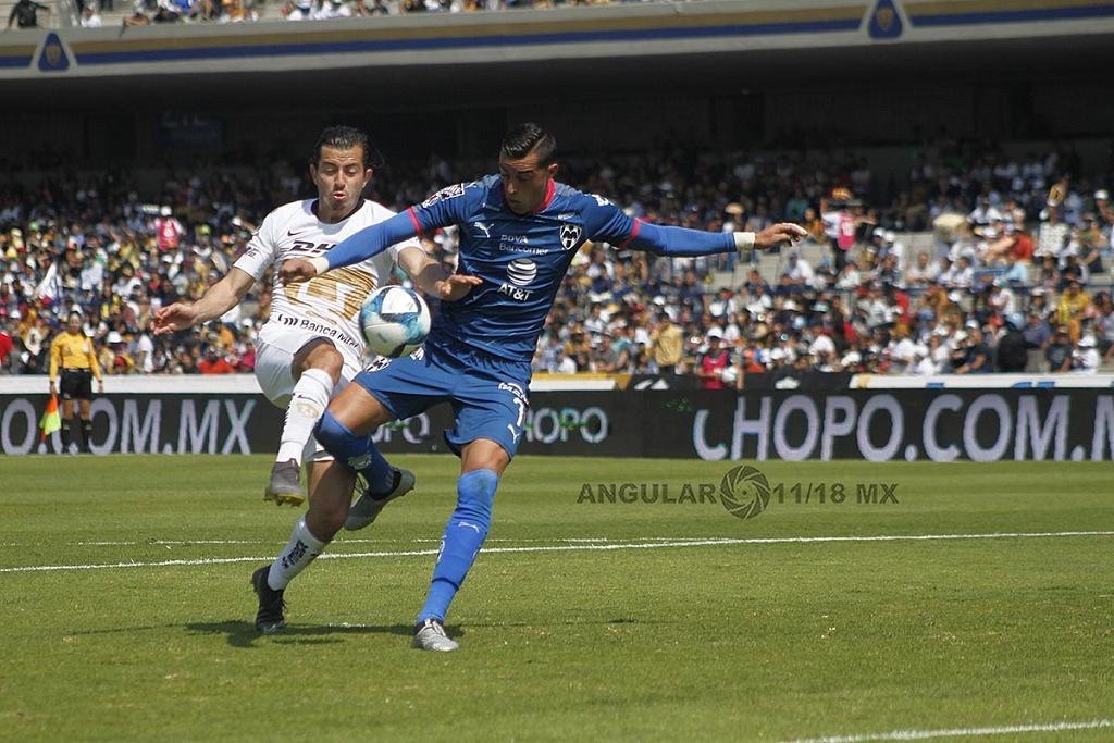 Delantero de Monterrey, Funes Mori en jugada dividida frente a Pumas, en la jornada 5 del Clausura 2019