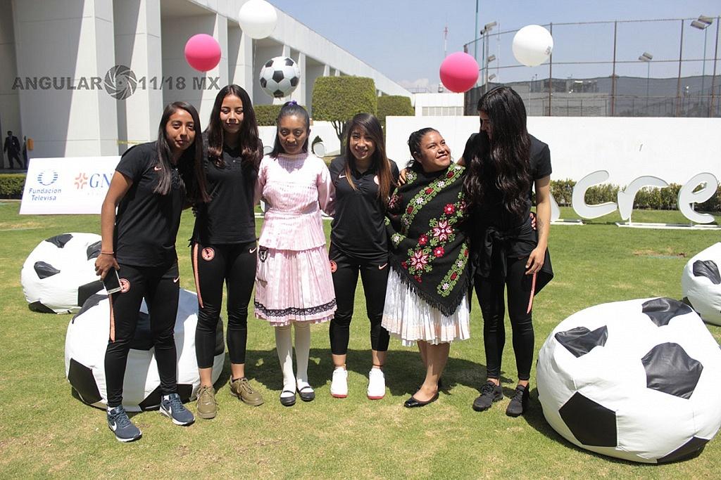 jugadores de primera divición femenil del equipo Amèrica en el lanzamiento de Gol por México, Gol para las Mujeres.