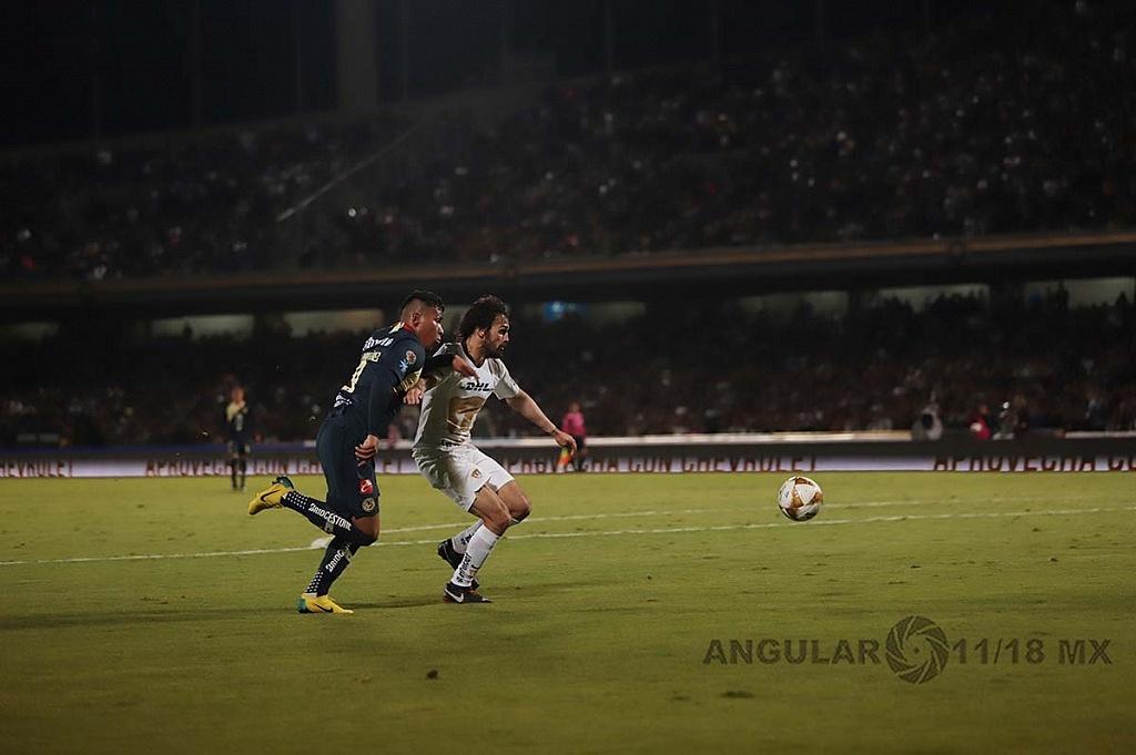 Alejandro Arribas defensa de los Pumas en jugada dividida frente a el América en la semifinal, apertura 2018,