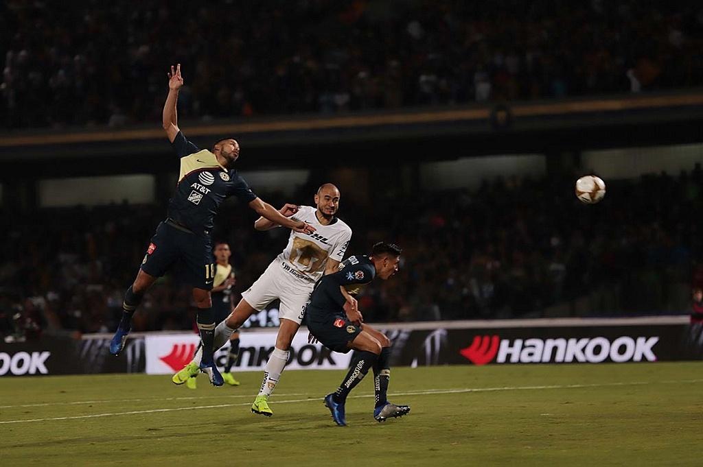 Carlos González delantero de los Pumas en jugada dividida
