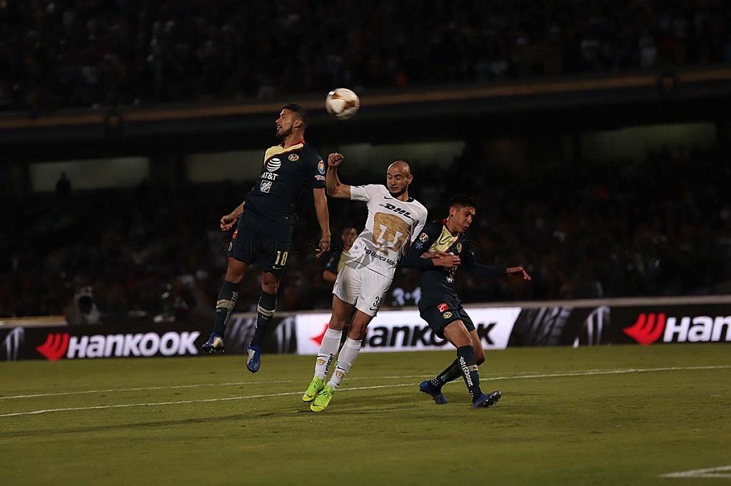 Carlos González delantero de los Pumas en jugada dividida frente a el América en la semifinal apertura 2018
